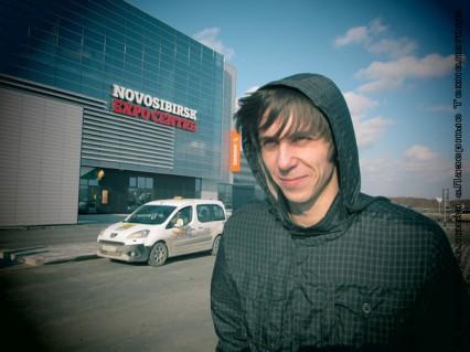 Михаил Павлюченко у Экспоцентра в Новосибирске
