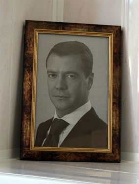 Лазерная гравировка по стеклу. Портрет Медведева Д.А.
